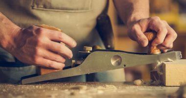 man-hold-wood-planer-374861